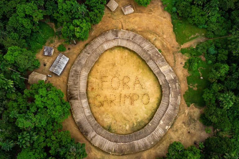 """Indígenas Ianomami formam a frase """"Fora Garimpo"""" no interior da aldeia Watoriki"""