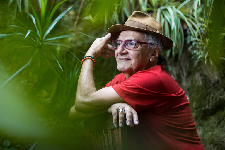 O escritor e poeta Jorge Salomão em sua casa no bairro de Santa Teresa, no Rio de Janeiro