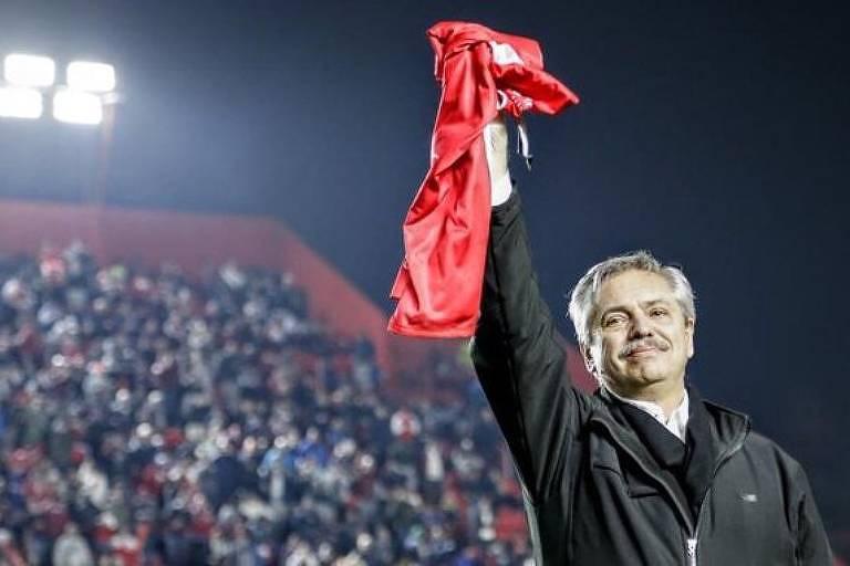 Alberto Fernández, presidente da Argentina, em homenagem do Argentinos Juniors, seu clube do coração