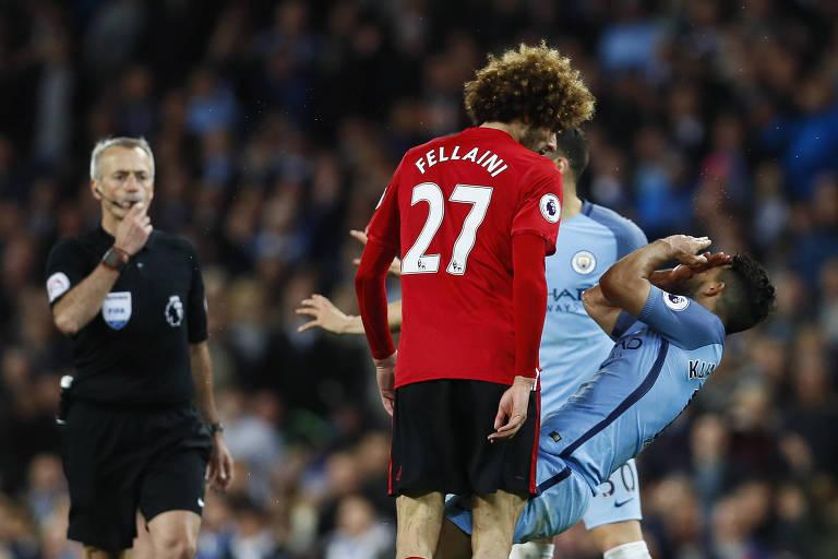 Fellaini, do Manchester United, acerta cabeçada em Sergio Aguero, do Manchester City segundos antes de ser expulso no clássico entre as duas equipes em 2017