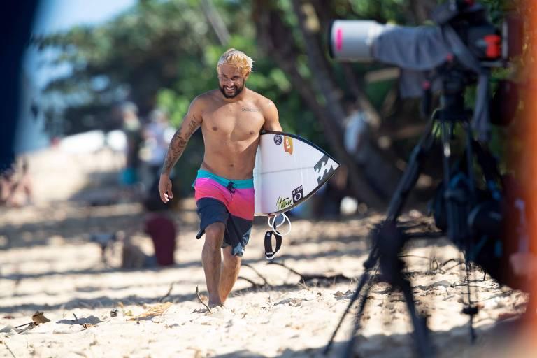 Italo Ferreira caminha na praia de Pipeline, onde será disputada a última etapa do Mundial