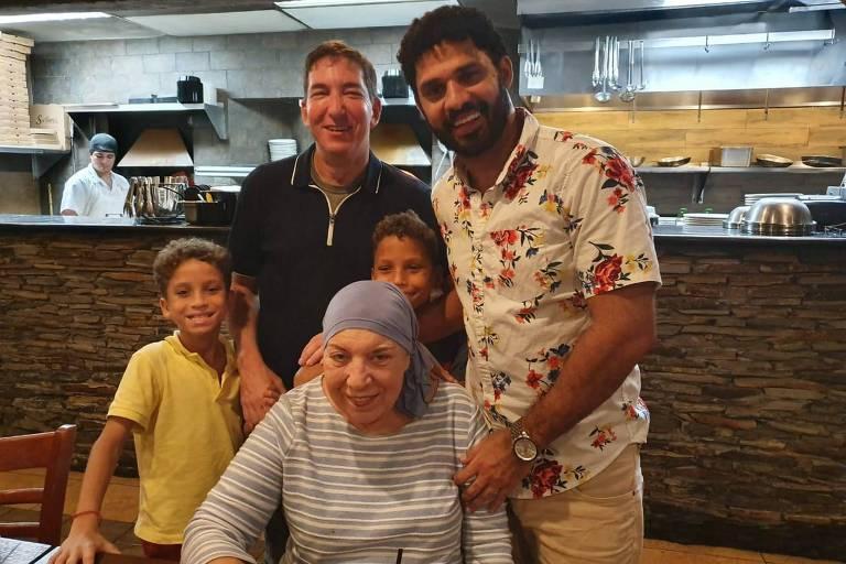 Arlene Greenwald sentada com família à sua volta