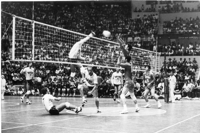 Seleção brasileira de vôlei enfrenta o Japão no ginásio do Ibirapuera antes dos Jogos de 1984