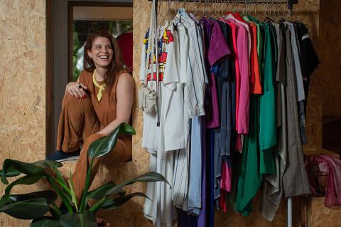 SÃO PAULO, SP, BRASIL, XX-12-2019: Reportagem mostra empresas de assinatura de roupas, que funcionam como um guarda-roupa compartilhado entre os assinantes. Na foto Flávia Nestrovski, uma das sócias da Roupateca, empresa com sede em Pinheiros que é uma das primeiras do ramo. F(Foto: Bruno Santos/ Folhapress) *** FSP-XXXXXX *** EXCLUSIVO FOLHA***