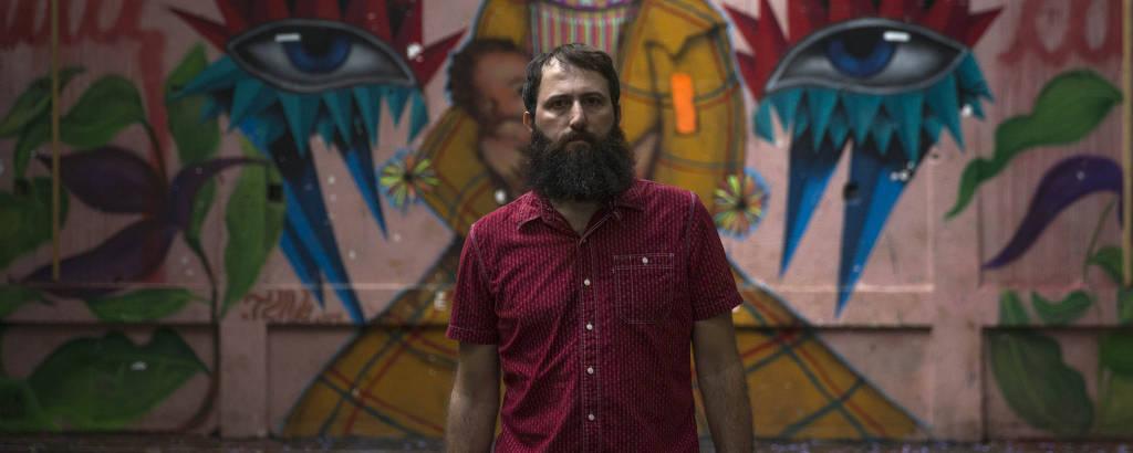 Julián Fuks em visita à Ocupação 9 de Julho, no centro de São Paulo, que serviu de cenário e de inspiração para seu novo romance,