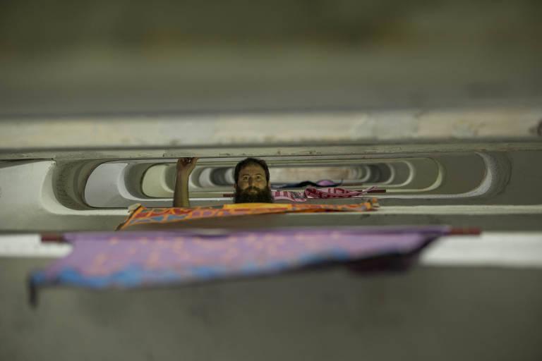 Julián Fuks na escadaria que dá acesso aos andares do prédio da Ocupação 9 de Julho