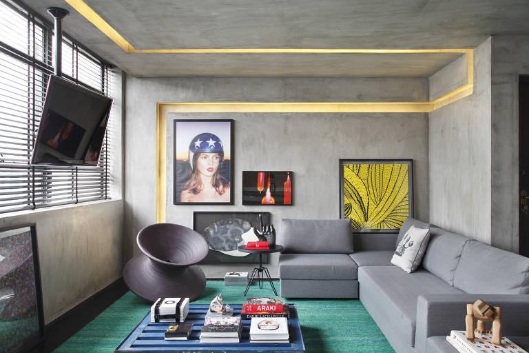 Cozinha e sala integradas compartilham uma mesma televisão no projeto do paranaense Guilherme Torres. A fiação passa por dentro do suporte fixado no teto