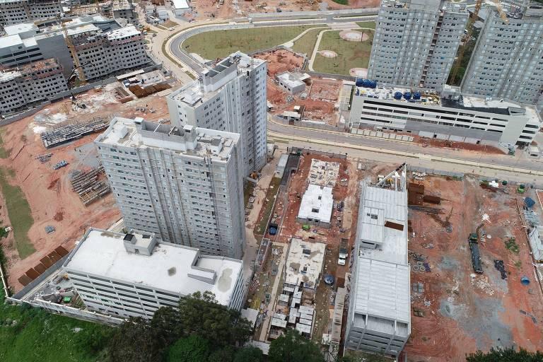 Canteiro de obras visto de cima, com prédios sem acabamento