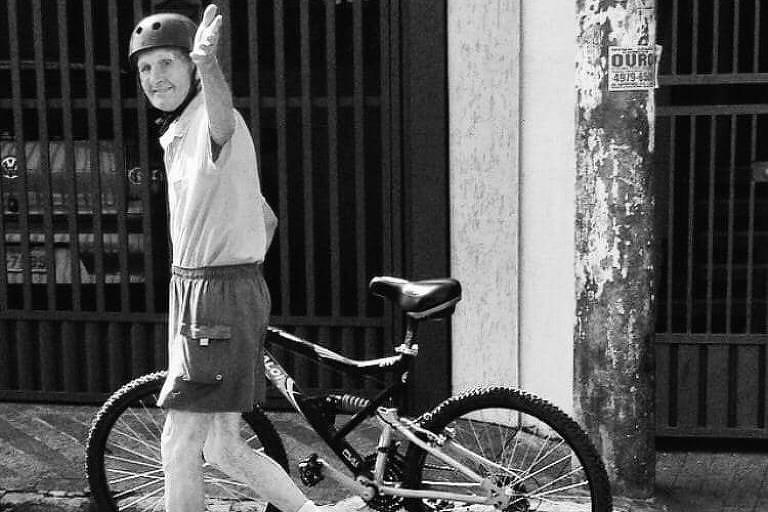 O metalúrgico aposentado Davide Lazzarini, 95, com sua bicicleta