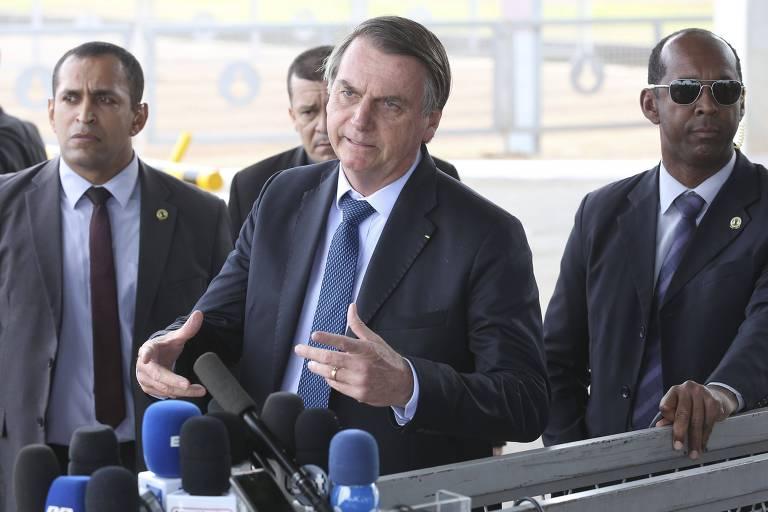 O presidente Jair Bolsonaro fala com jornalistas no Palácio da Alvorada