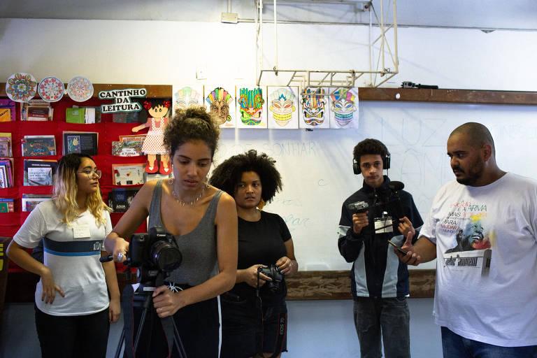 Alunos da escola Municipal Adalgisa Nery, em Santa Cruz, Zona Oeste do Rio, participam do projeto Cinescola, criado pelo professor Ygor Lioi (direita). Ele ensina os alunos a produzirem seus próprios filmes