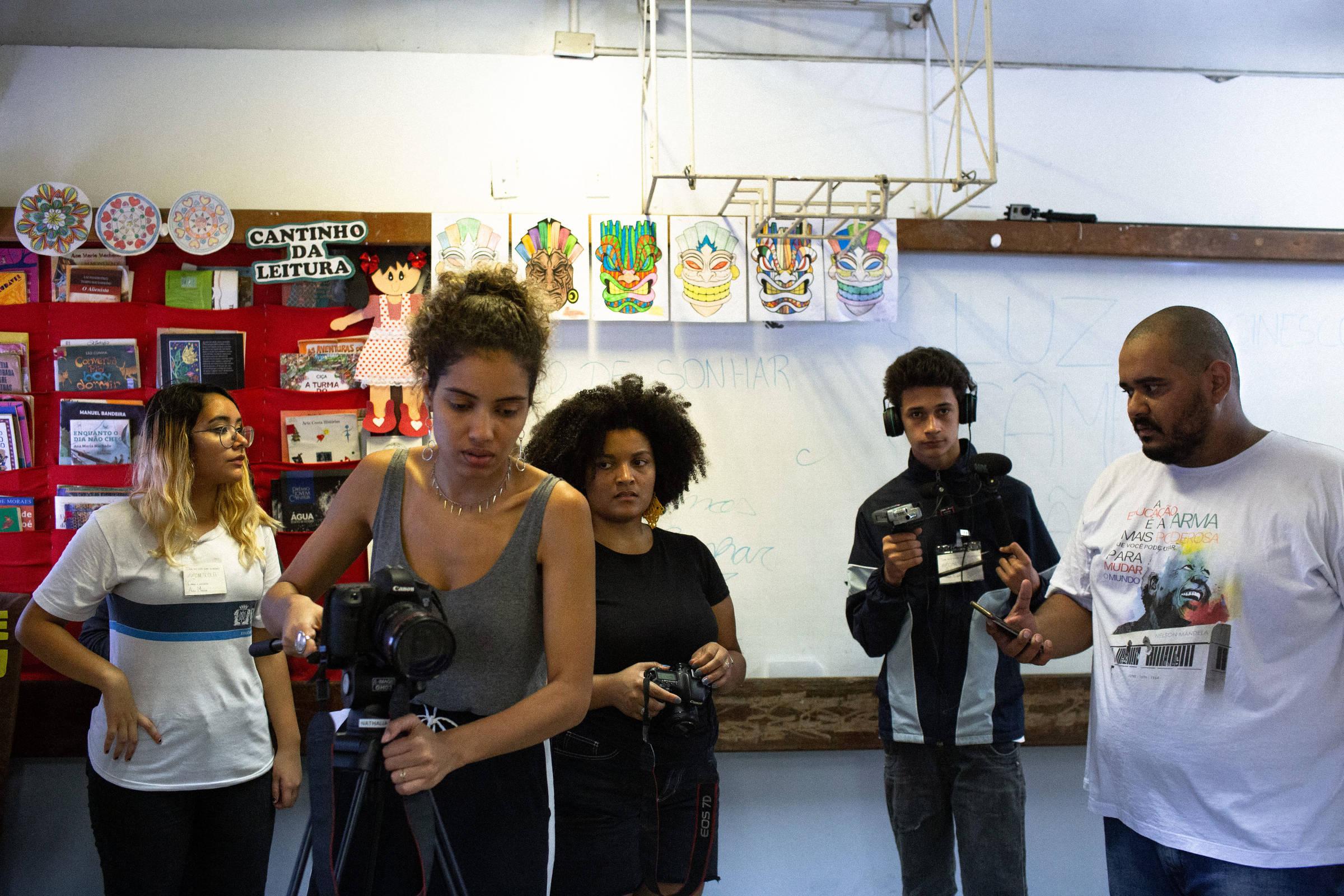 Sem nunca terem ido a cinema, alunos de projeto no Rio aprendem a fazer filmes