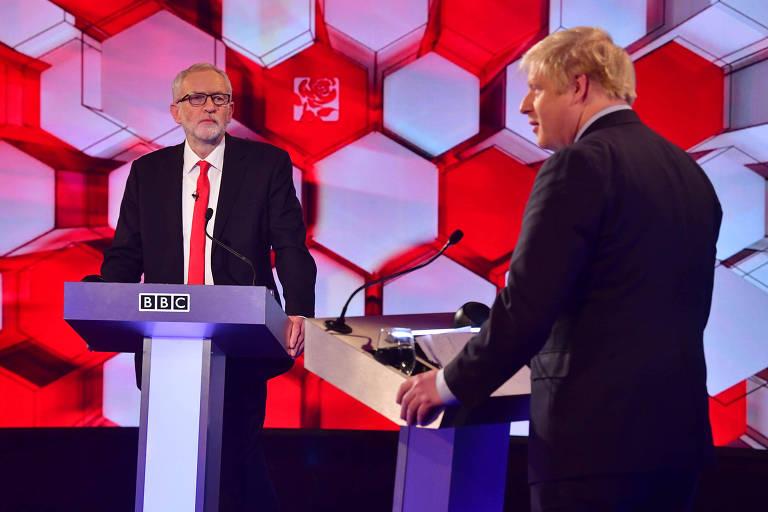 O atual premiê, Boris Johnson (dir.) e o candidato trabalhista, Jeremy Corbyn, participam do debate desta sexta