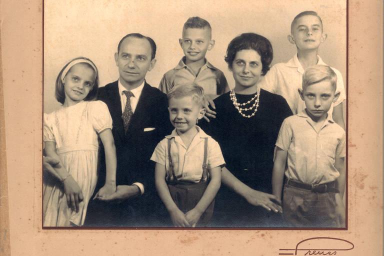 A família do jornalista Ricardo Boechat. No alto, ao centro, Boechat está entre o pai, Dalton, e a mãe, Mercedes, rodeado pelos irmãos Beatriz, Sérgio, Alexandre e Carlos Roberto