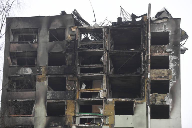 Apartamentos destruídos, sem vidros e com paredes escuras, de queimado, após explosão de gás