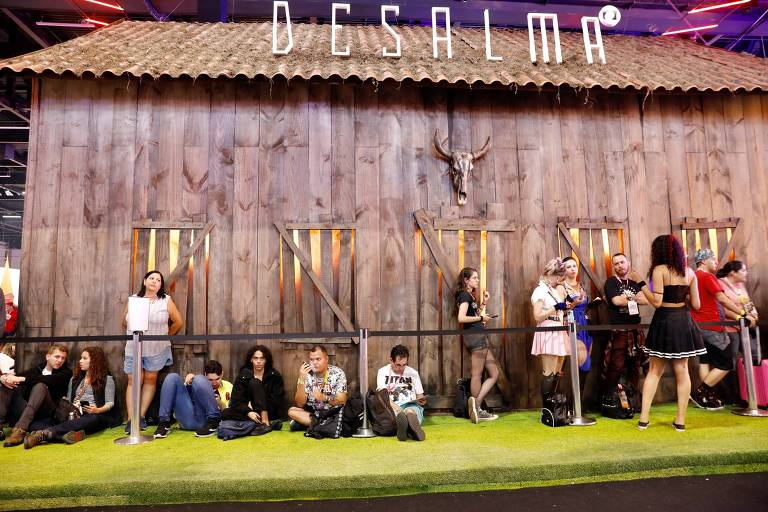 """Fila para participar de atração sobre a série """"Desalma"""", no estande da Globoplay, na Comic Con"""