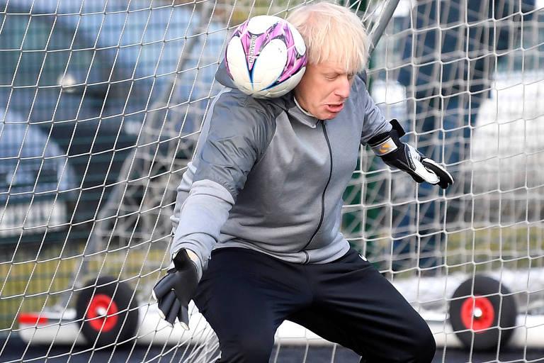 Boris Johsnon em frente a gol com bola batendo entre seu ombro e pescoço