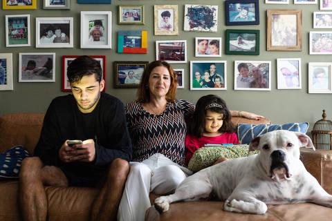 RIO DE JANEIRO, RJ, 06.12.2019: A psicologa Paula Penteado estipulou regras para uso de celular e internet em casa. Ela tem tres filhos, de 20, 18 e 7 anos. A mais nova so pode usar o tablet por uma hora a noite, e com os mais velho um pouco menos de controle. Lagoa , Rio de janeiro. (Foto: Zo Guimaraes/Folhapress, COTIDIANO ) ***EXCLUSIVO FOLHA***