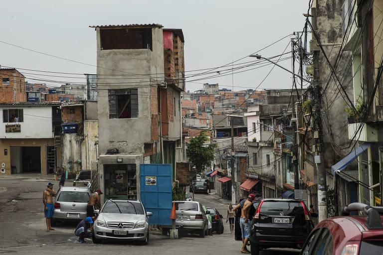 Rua na favela de Heliópolis, zona sul de São Paulo