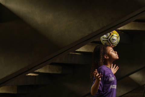 SÃO PAULO / SÃO PAULO / BRASIL -05 /12/19 - :00h - Duda, a jogadora de 14 anos na seleção de futebol feminino sub-17. Duda, 14 anos, é revelação do time do centro olímpico em São Paulo e foi chamada para a seleção brasileira sub-17.  ( Foto: Karime Xavier / Folhapress) . ***EXCLUSIVO***ESPORTE