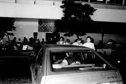 SÃO PAULO, SP, 23-03-1990  -Agentes da policia federal  armados deixam o prédio da Folha, após invasão em março de 1990, realizada sob pretexto de análise contábil. ( Foto:Jorge Araújo/Folhapress)