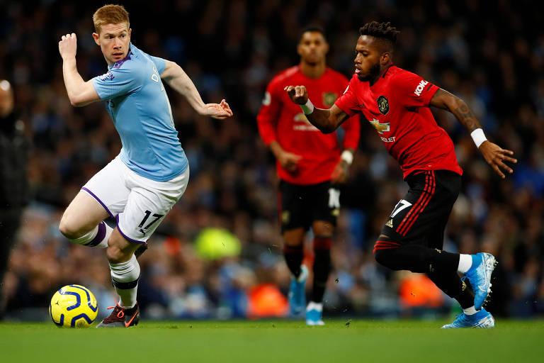 Fred (à dir.) disputa a bola com o belga  Kevin De Bruyne durante partida entre Manchester City e Manchester United pelo Campeonato Inglês
