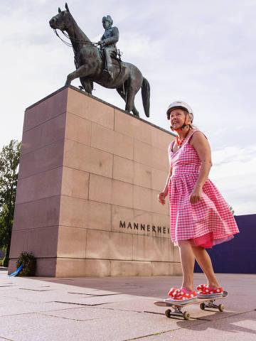 Mulher sobre skate em Helsinque, na Finlândia, um dos países com maior igualdade de gênero do mundo