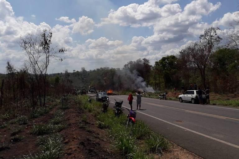 Indígenas bloqueiam trecho da rodovia BR-226, entre as aldeias Boa Vista e El Betel no Maranhão, após atentado que matou dois guajajaras neste sábado (7)