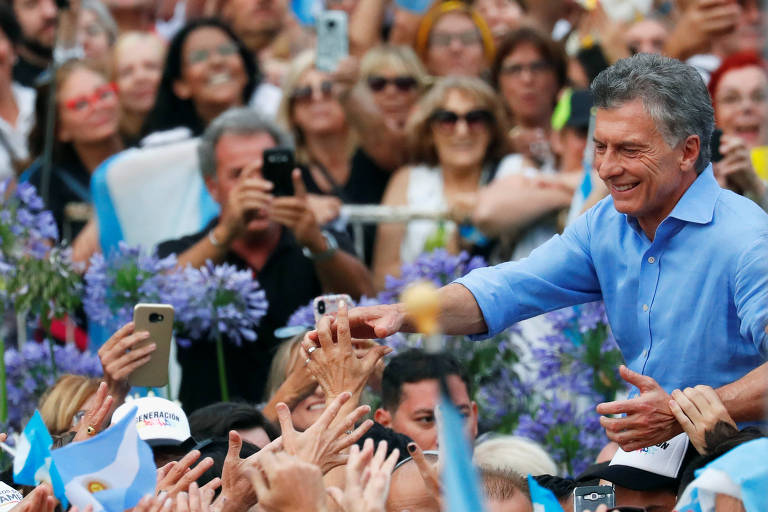 Em ato de despedida, Macri chora e é carregado por apoiadores
