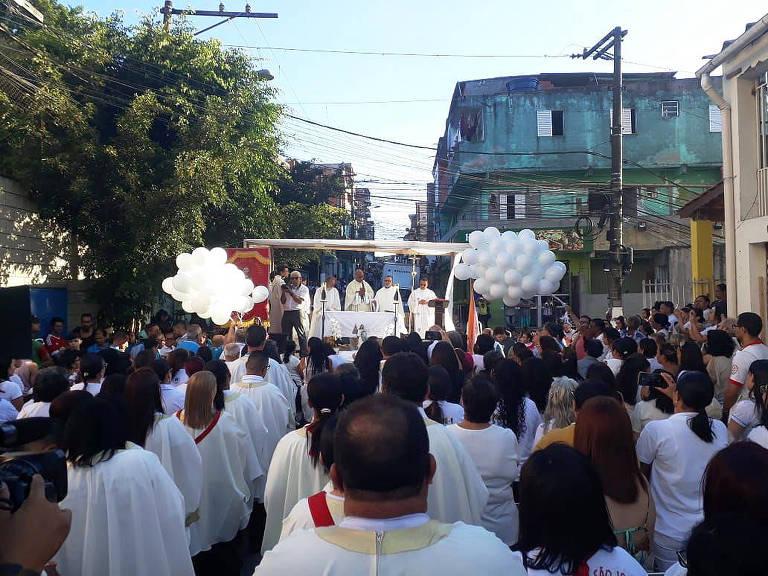 Moradores de Paraisópolis, na zona sul de São Paulo, participam de missa de sétimo dia dos nove jovens que morreram após ação policial no domingo (1)