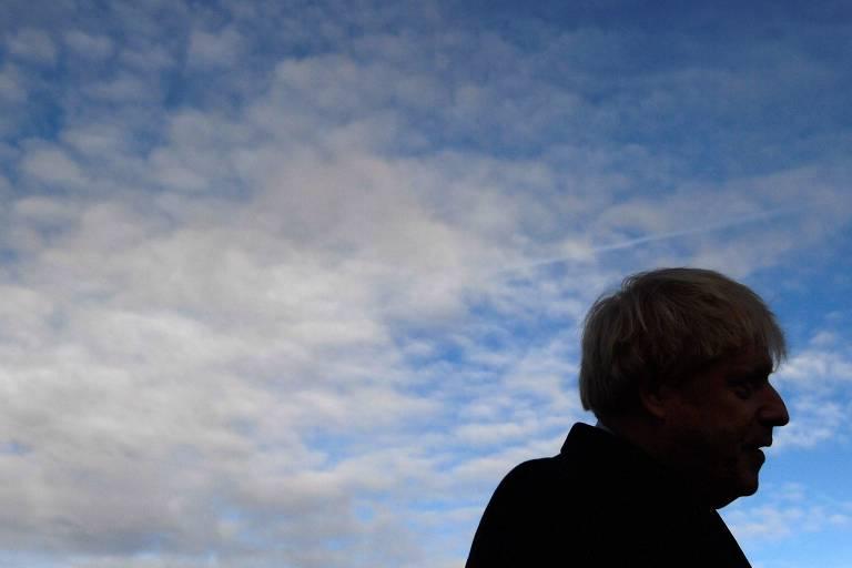perfil de boris johnson sob nuvens