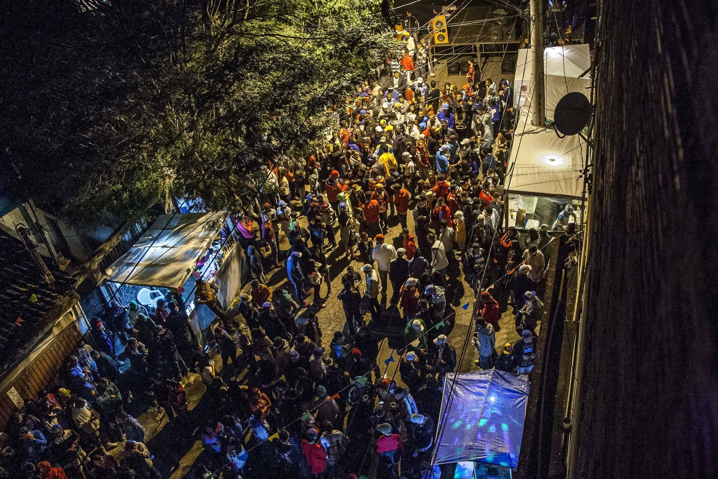 Frequentadores de bailes funk dizem que vão a festas sem estrutura atrás de diversão