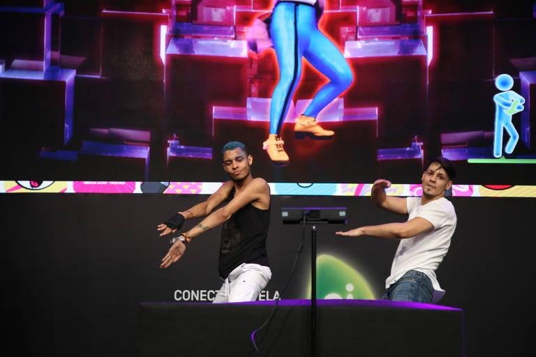 Tiago de Oliveira, 22, AyParticipantes durante campeonato brasileiro de Just Dancenne Alana, 14, vencedores da etapa brasileira do campeonato latino-americano de Just Dance