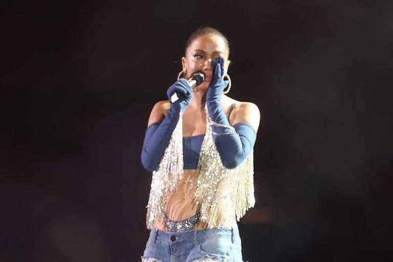 Anitta faz show gratuito em Madureira e chora no palco: 'Mais emocionante da vida'