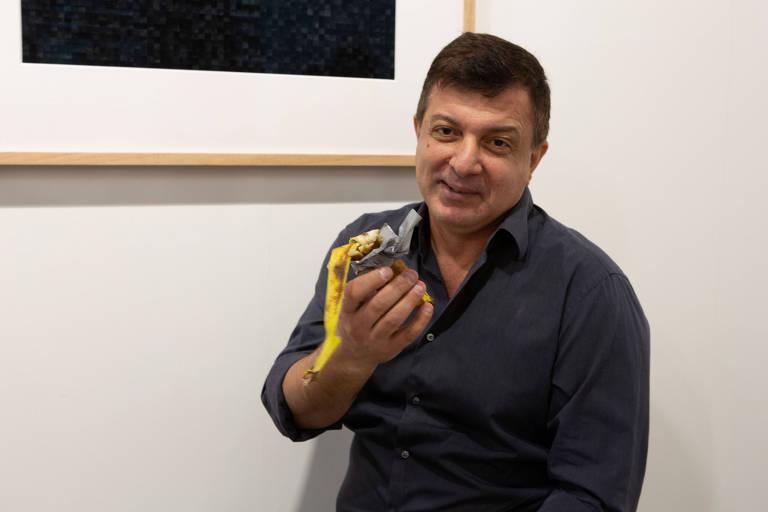 """David Datuna mostra o que sobrou da instalação """"Comediante"""" do artista Maurizio Cattelanem galeria da Flórida"""