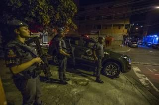 Policiais em rua da favela de Paraisópolis