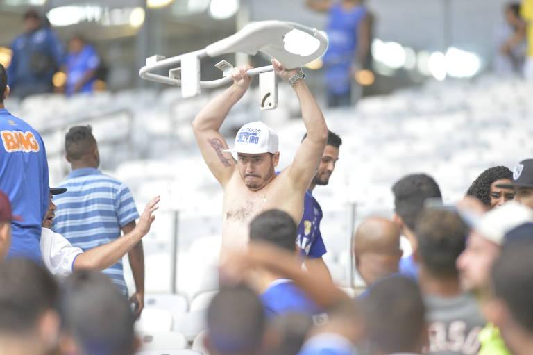 Mineirão é alvo de vandalismo após queda do Cruzeiro