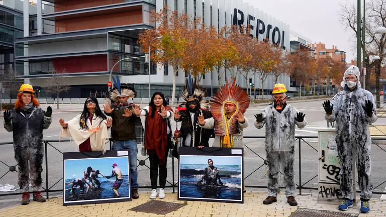 Indígenas protestam neste domingo (8) em frente à sede da petroleira Repsol, durante a COP-25, realizada em Madri