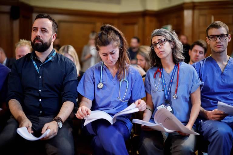 enfermeiros leem papeis
