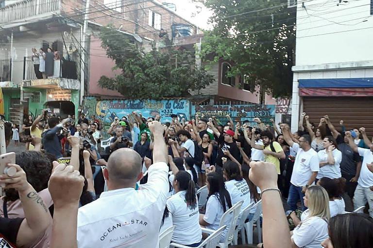 Moradores de Paraisópolis e familiares dos nove jovens mortos durante ação policial em baile funk participam de ato ecumênico em homenagem às vítimas