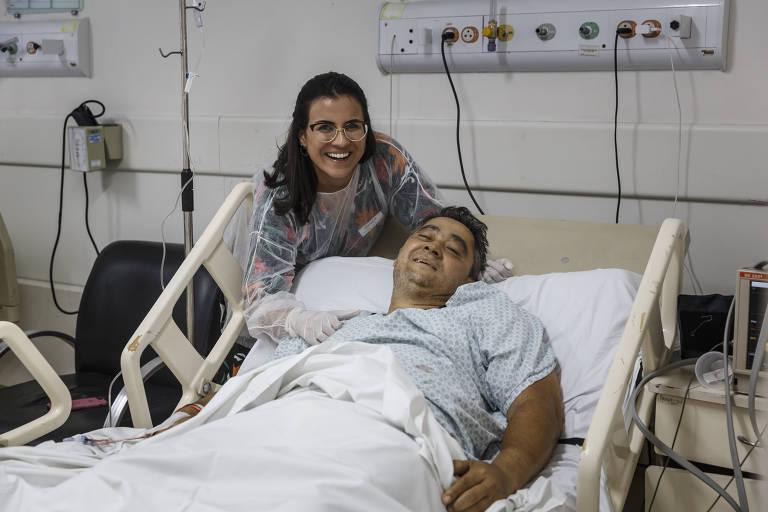 Cícero Martins recebeu um fígado recentemente e está em recuperação. A filha, Sheila Freire o visita