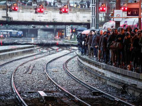 Commuters walk on a platform at Gare Saint-Lazare train station as a strike continues against French government's pensions reform plans, in Paris, France, December 9, 2019. REUTERS/Christian Hartmann ORG XMIT: GDN1015