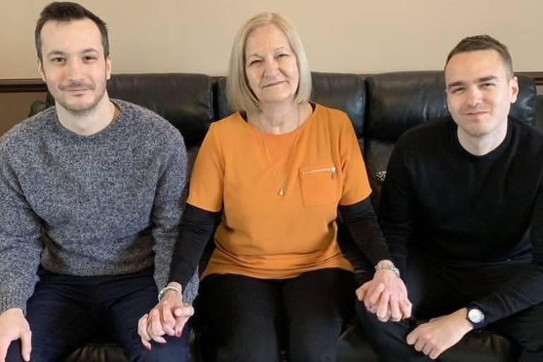 Sally Challen com seus filhos James (à esq.) e David