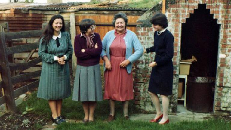 Norma e Mary (terceira da esquerda para a direita), com a mãe de Crispin Belcher e irmã, de pé em seu jardim na região de Croydon, em Londres, nos anos 1980