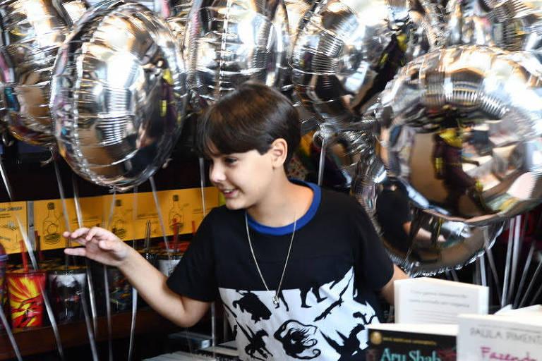 """Fotos de Ricardo Gontijo, escritor de 10 anos, autor do livro """"Necromance"""""""