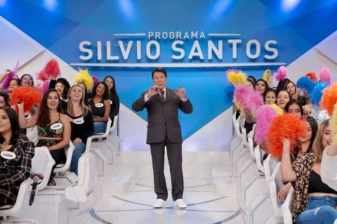 Silvio Santos de tênis branco comanda o Programa Silvio Santos, com a plateia
