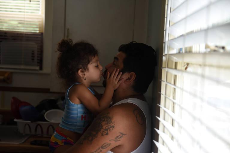 Zayleeana Tiemann dá um beijo em seu pai Zak Tiemann no Dia dos Pais