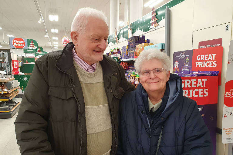 Bill, 84, e Marie, 78, em supermercado de West Bromwich