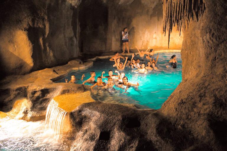 Caverna com lago e cachoeiras do acampamento Sítio do Carroção, em Tatuí