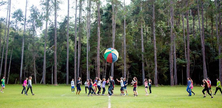 Jogo com bola gigante do acampamento Ranieri, em São Lourenço da Serra